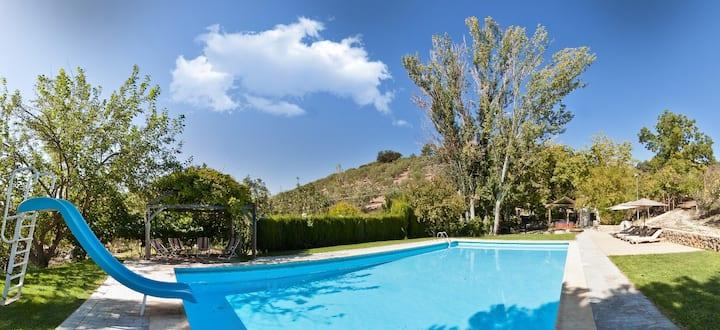 Casa con manantial, jacuzzi, wifi,petanca piscina