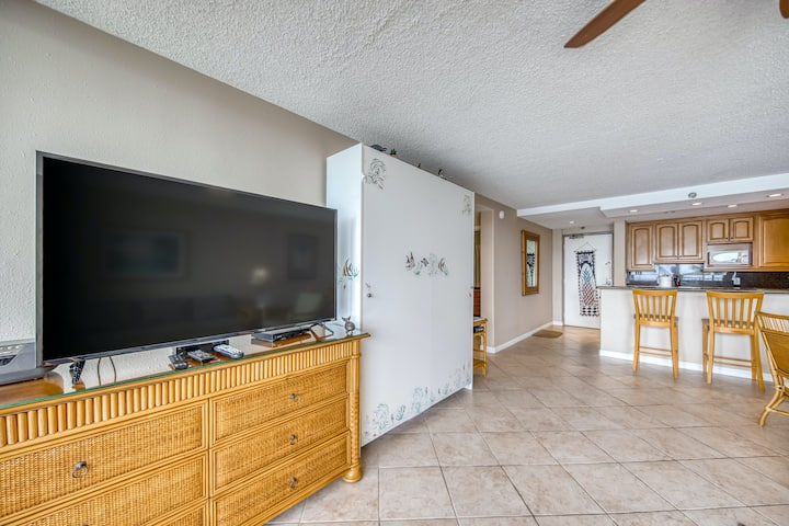 Oceanfront sixth-floor condo w/water views, balcony, washer/dryer, shared pool