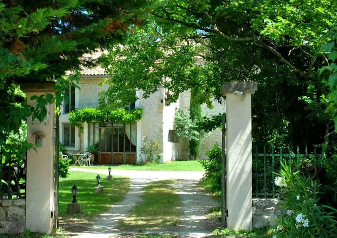 Grand et élégant studio rénové - Bollène - Huoneisto