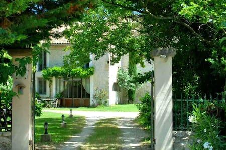 Grand et élégant studio rénové - Bollène - Daire