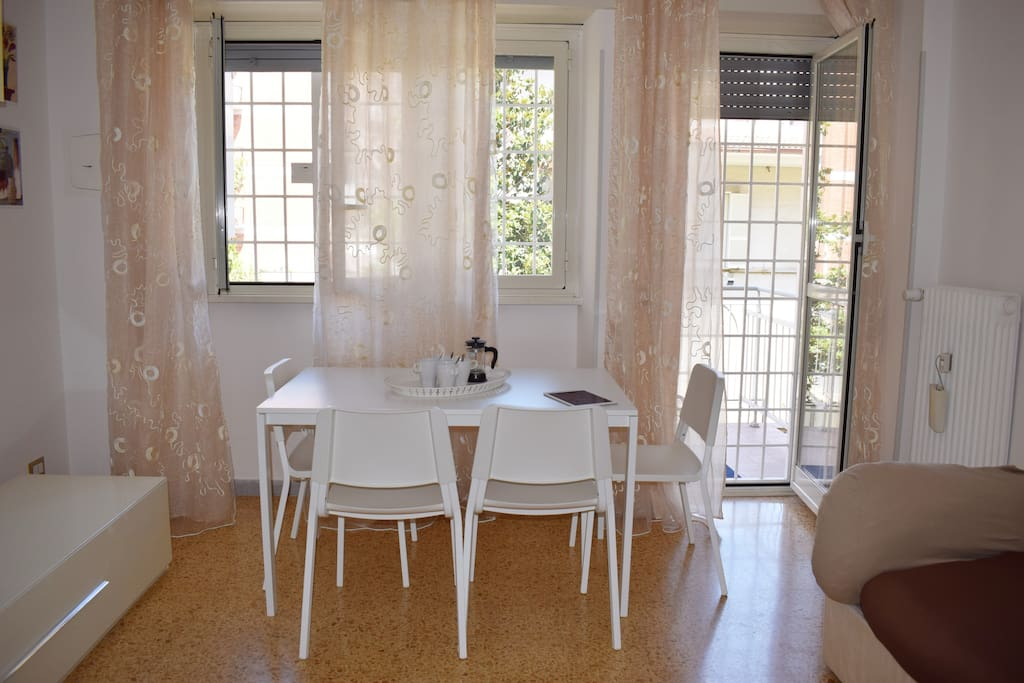 Salotto con tavolo per mangiare- Living room with table for eating
