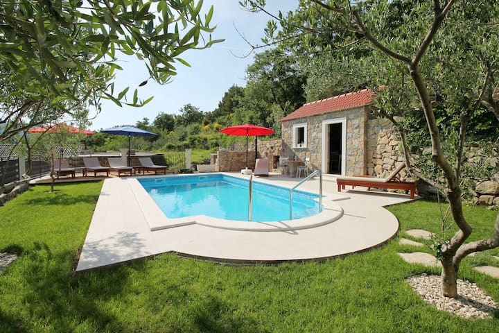 NEW!! Villa Vultana with private pool & gym