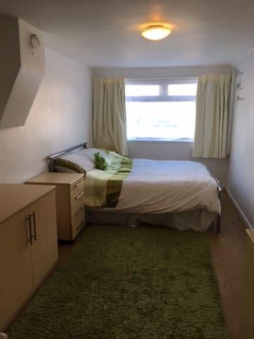 UHL (Llandough Hospital) Stunning Studio apartment