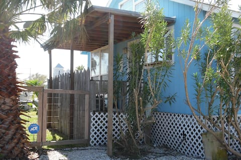 Palm Cottage 2BR 1BA Near shops and restaurants!