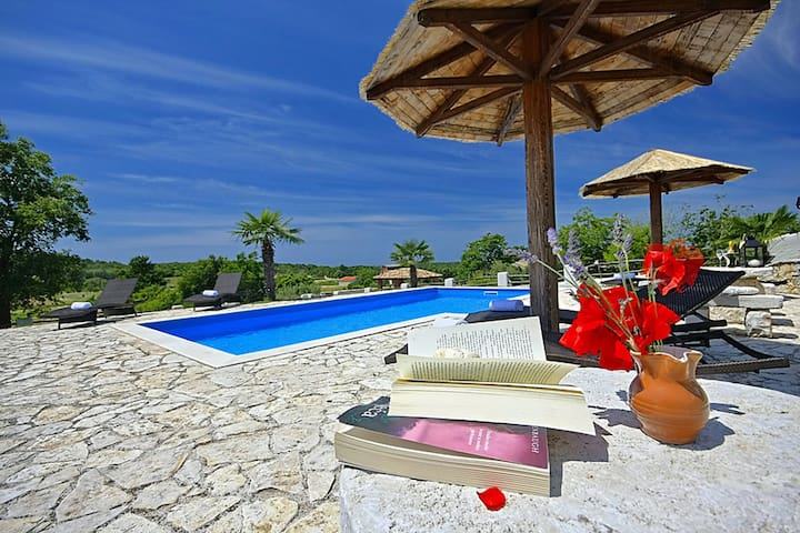 Cozy Villa Vally with swimming pool