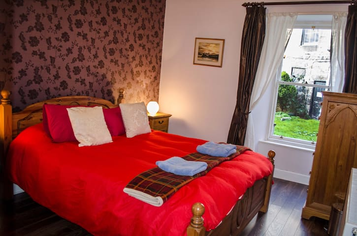 Beautiful king room in Stockbridge , Edinburgh