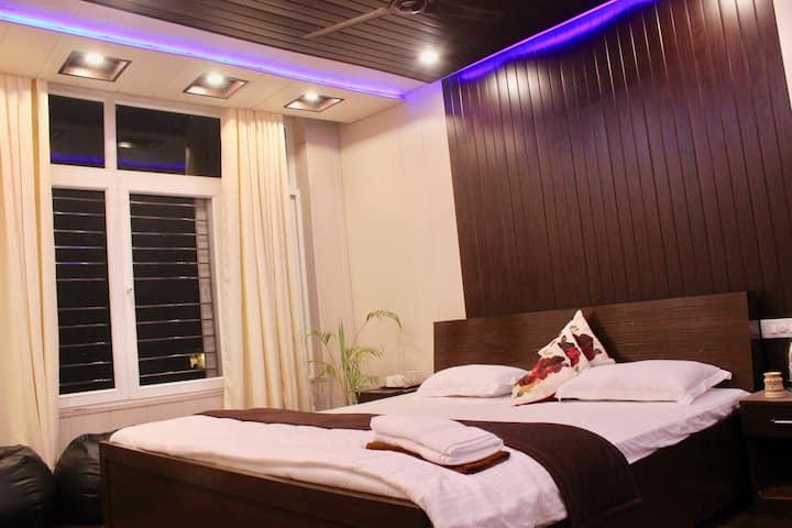 Div: Luxury homestay in Vasant Vihar with balcony.