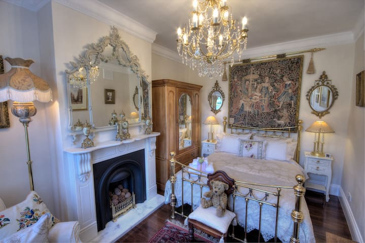 Bedroom 1 - Elegant master bedroom