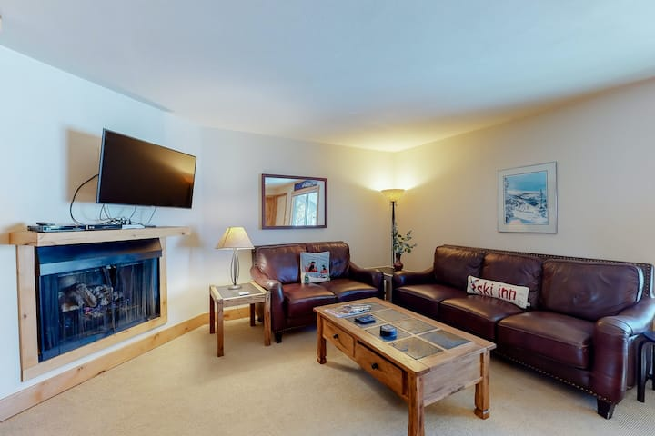 Skier condo with mountain views, gas fireplace, balcony, grill, and Murphy bed!