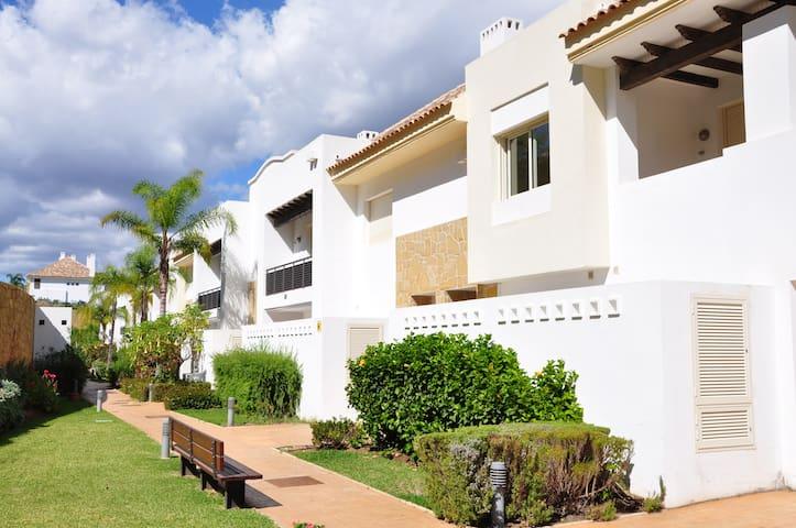 Stylish townhouse in scenic family & golf resort - Mijas - Casa