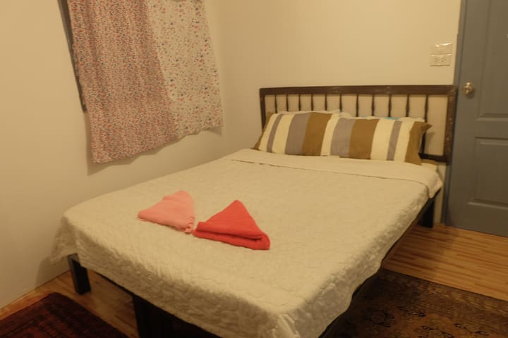 Private Room  2 minutes Saphan Taksin BTS w. WiFi