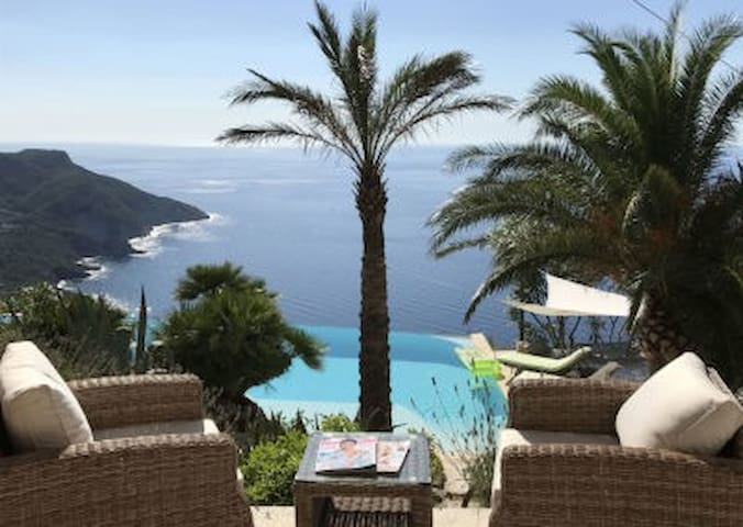 Terrassen-Lounge mit Pool u Meerblick
