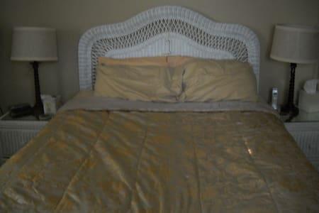 Quaint Queen Bedroom - Deer Park