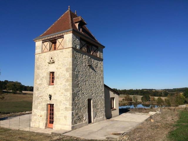 Pigeonnier avec vue panoramique - Moulinet - House