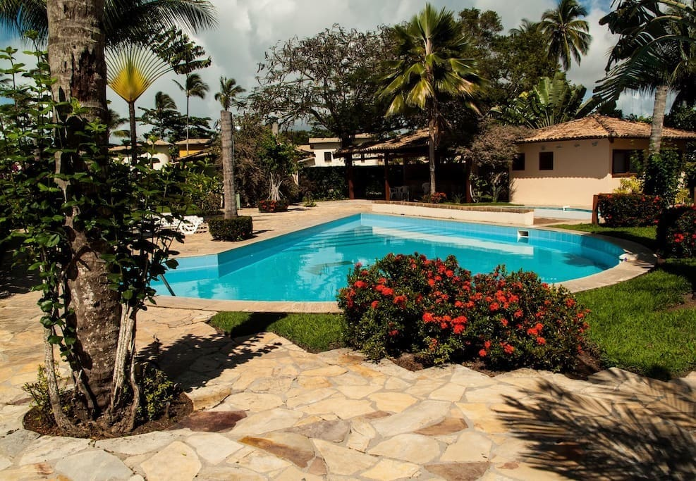 Área externa com piscina e lindo projeto paisagístico / Outside area with swimming pool and beautiful landscape design