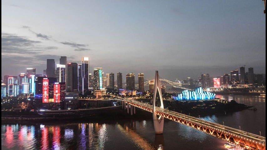 这个照片就是房间内看到的江景夜景