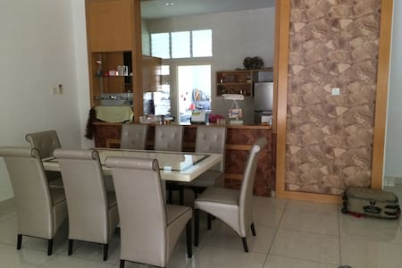 5 ROOMS KULAI DS HOME near IOI MALL - Ház