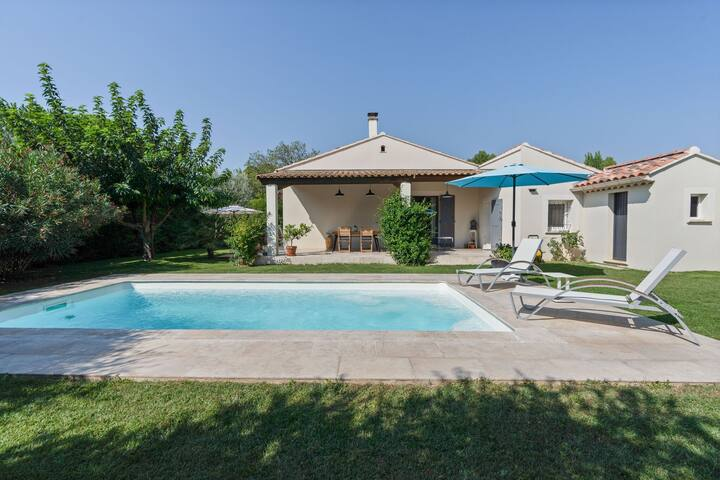 Luxury modern villa with private pool and enclosed garden in the heart of the Vaucluse