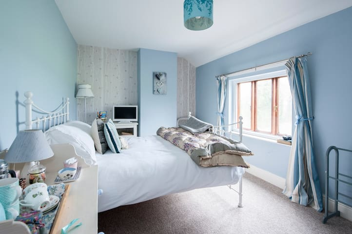 Country hide-away with breakfast - Cotswold room
