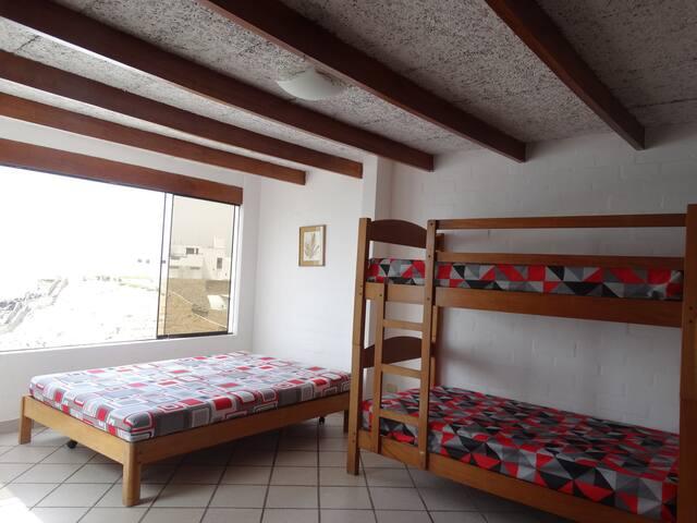 Levantese en la mañana con una vista espectacular al mar.  Dormitorio con cama queen y 2 camarotes.