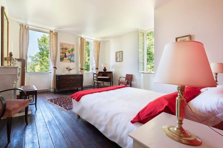 Bright En-suite bedroom near St-Emilion (Red)