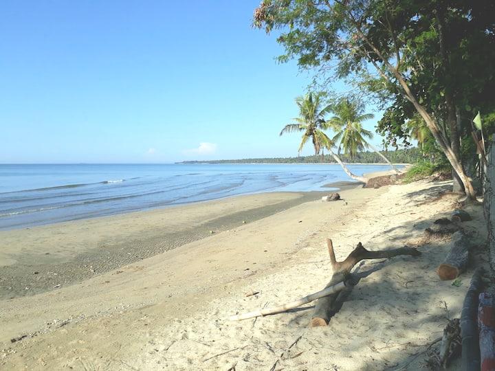 La Isla Beach Bar & Cottages