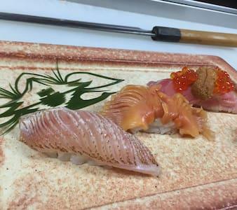 寿司職人への道‥‥朝、市場で仕入れ見学しながら〜市場飯!そのあと、寿司屋のプチ修行体験なんて〜どう? - Tochigi-shi