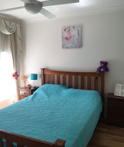 Sunny private bedroom in beautiful townhouse - Caringbah - Şehir evi