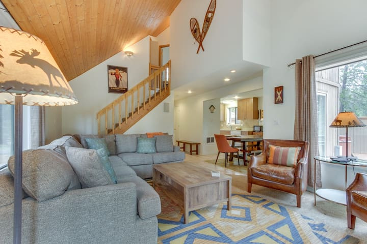 Recently renovated, dog-friendly home w/ private hot tub, deck & SHARC passes!