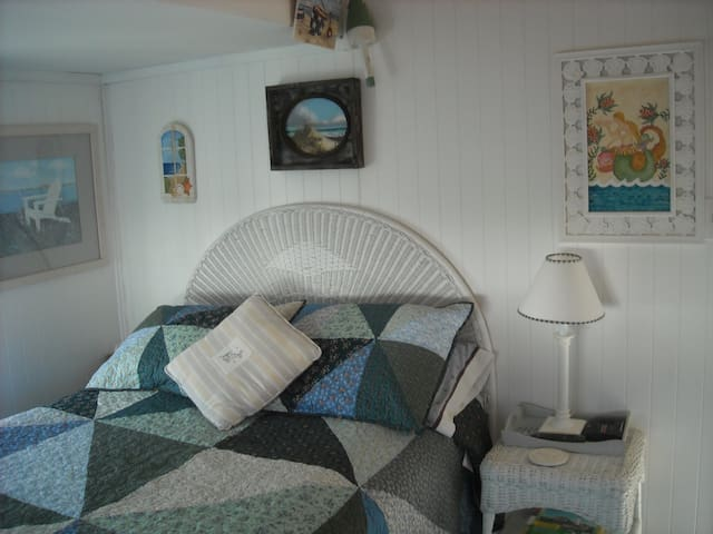 Maiden Voyage Quaint Cottage, steps from the sea! - York - Vacation home