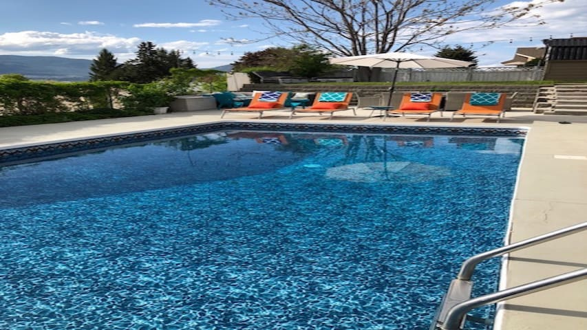 Penticton Grape Escape  w/Pool views 4 bed 3 Bath