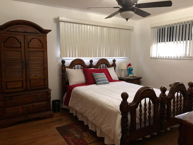 Good Size Bedroom near Chicago and Evanston