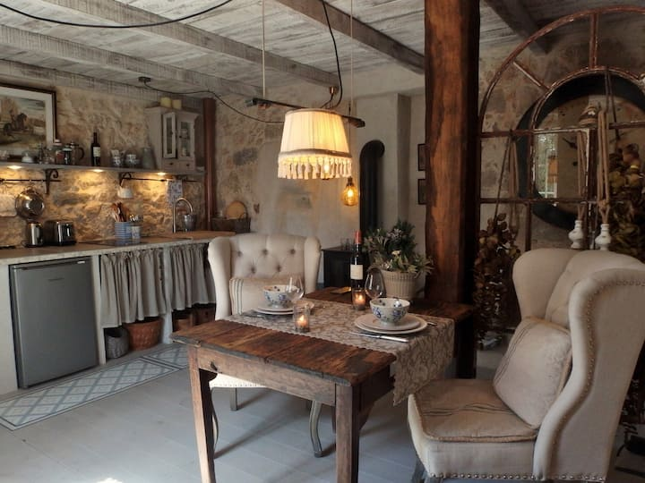 Le Cheval Blanc - Ground Floor Cosy Apt for two