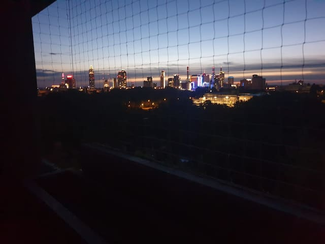 Skyline Blick mit Balkon Doppelbett