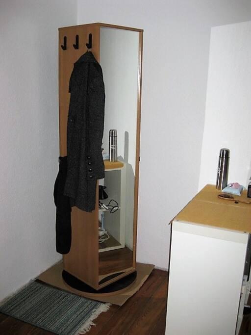 Spiegel und Schrank in einem