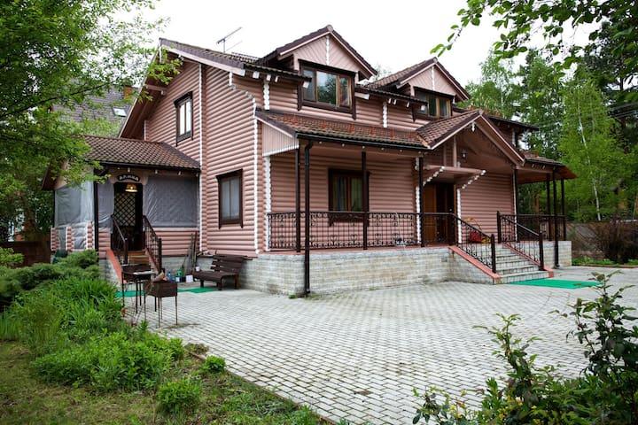 Бревенчатый 2-х этажный дом - Kokoshkino - Rumah