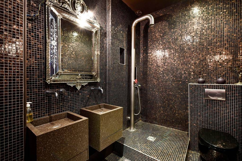 Salle d'eau avec douche à l'italienne, double vasque et WC/ Shower Room with walk-in shower, double sink and toilet