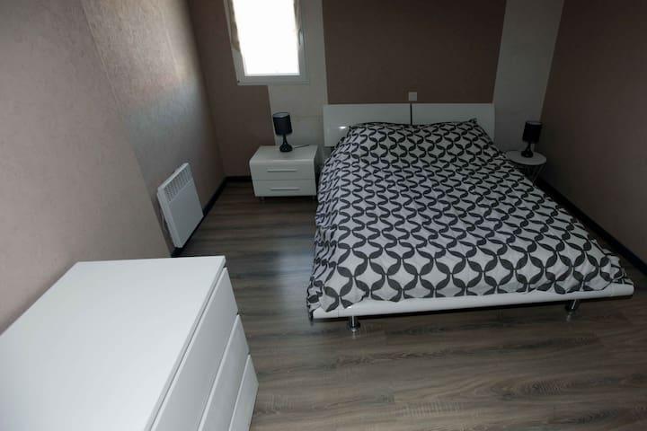 chambre 2 climatisée, lit de 140
