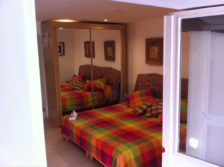 grand lit ou lit jumeaux avec banquette 3ème lit d'appoint