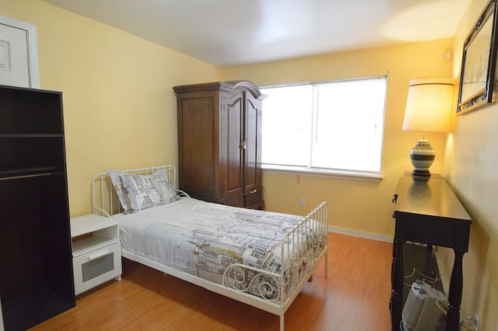 Room 2 with one Twin bed