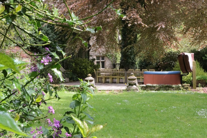Derbyshire Mini Manor for 6 Garden with Hot Tub