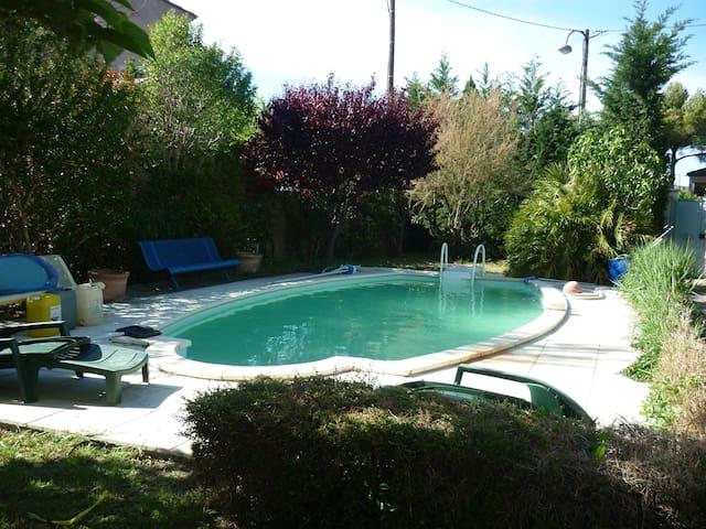 Chambre et SDB privées dans maison avec piscine