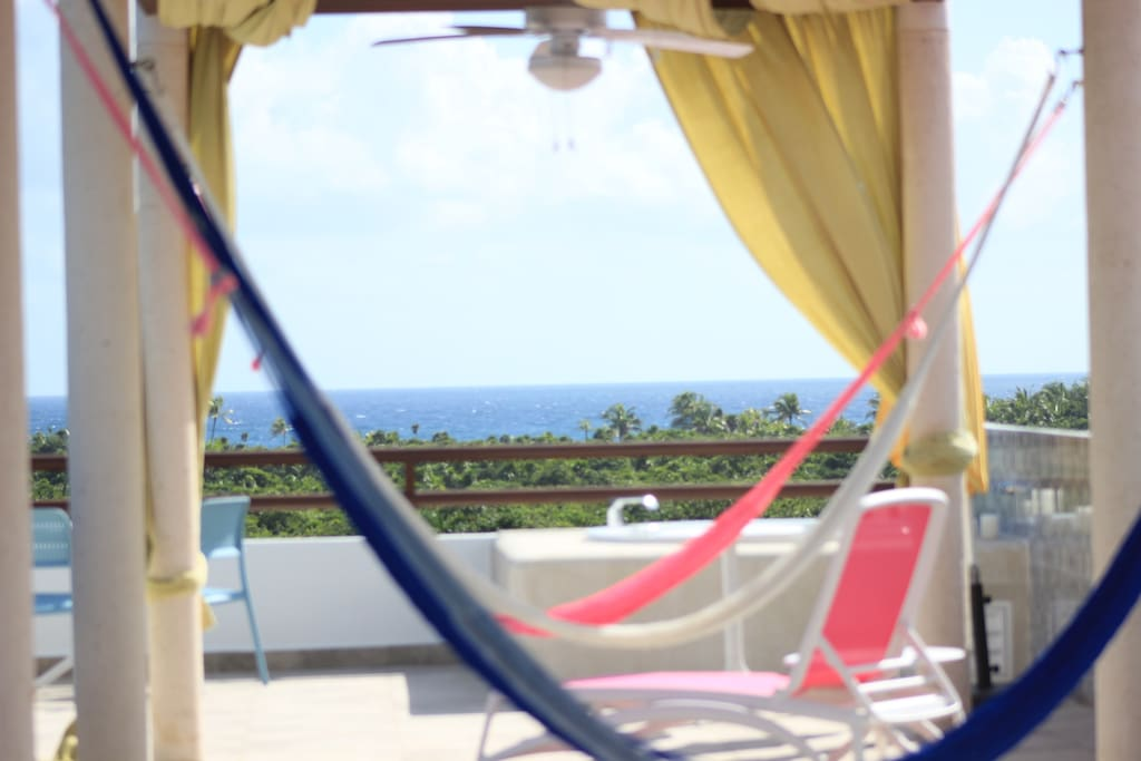 Rooftop with Jacuzzis, hammocks, sun-beds and gorgeous view to the jungle and sea!