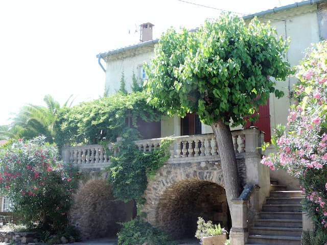 La maison à Octon, Lac du Salagou, pays d'Hérault.