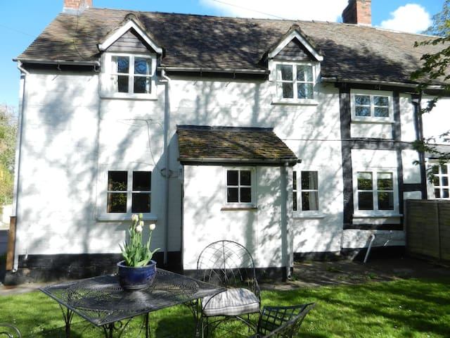 17th Century Semi-Detached Cottage - Longnor - House