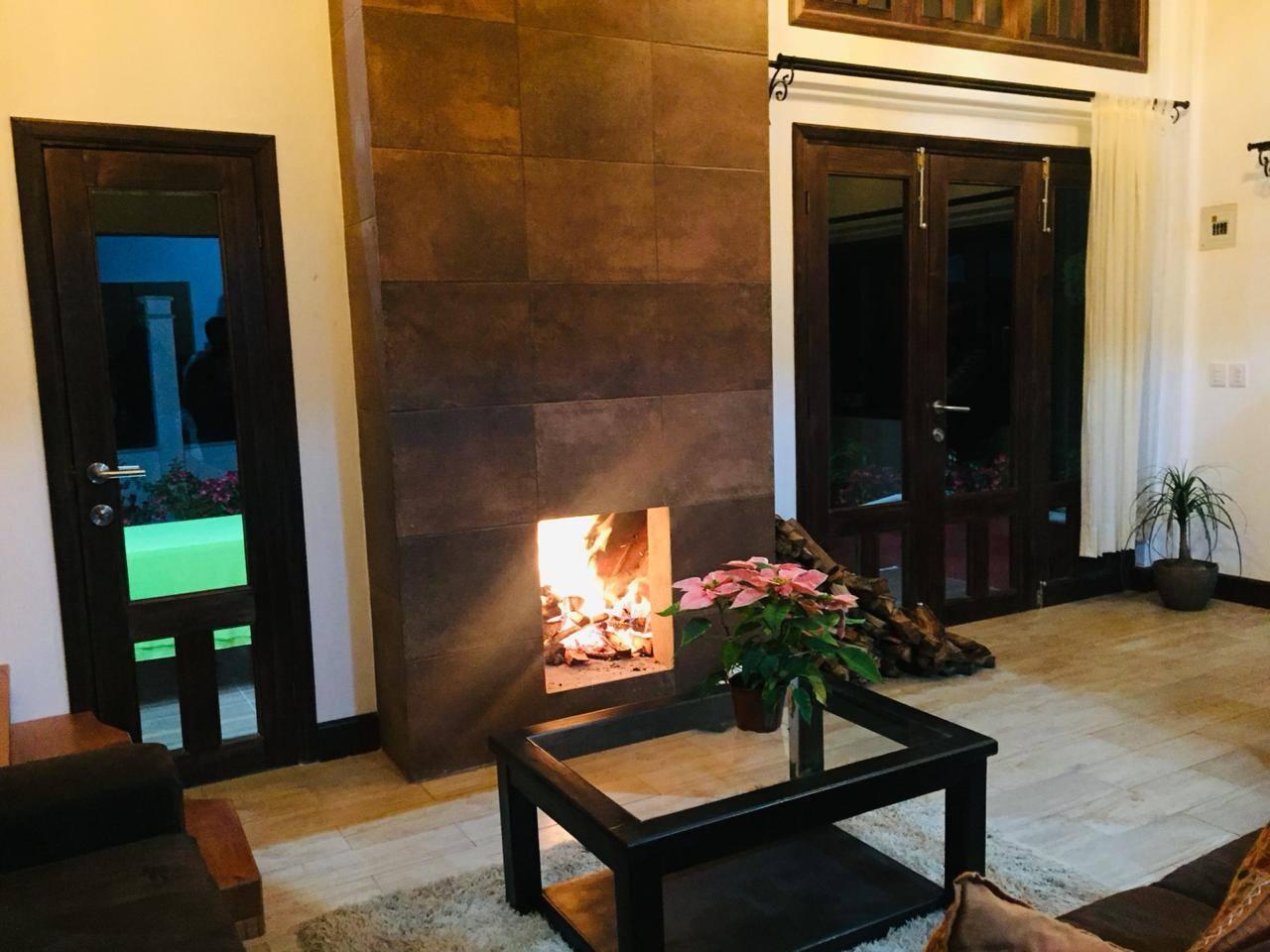 Disfruta de la chimenea y del espacio con doble altura de la cabaña. Donde podrán convivir toda la familia y amigos en un área abierta de sala y comedor. Un espacio acogedor y cálido para vivir momentos inolvidables...