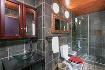 Ensuite bathroom to the Main Bedroom.