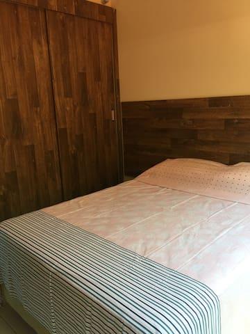 Suite com cama de casal ,excelentes armários,ar condicionado. Não oferecemos roupa de cama, mas se quiserem pedimos pra lavanderia e so cobramos a taxa deles. Oferecemos, mantas, edredons e travesseiros.