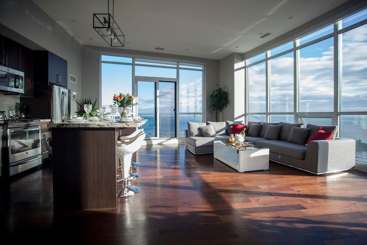 PENTHOUSE - UNBELIEVABLE VIEWS OF LAKE AND CITY