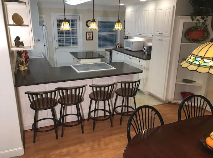 Walk to Downtown Blowing Rock- Upper Unit